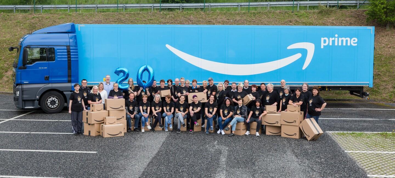 Gruppenbild vor einem Prime Lkw mit den Amazon Jubilaren