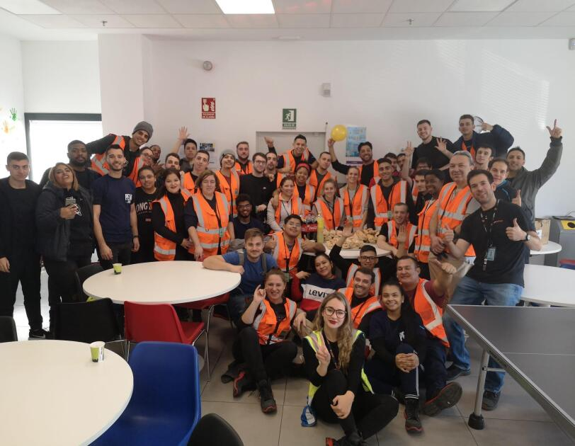 Amazon associates in Spain pose together to kick off Peak.