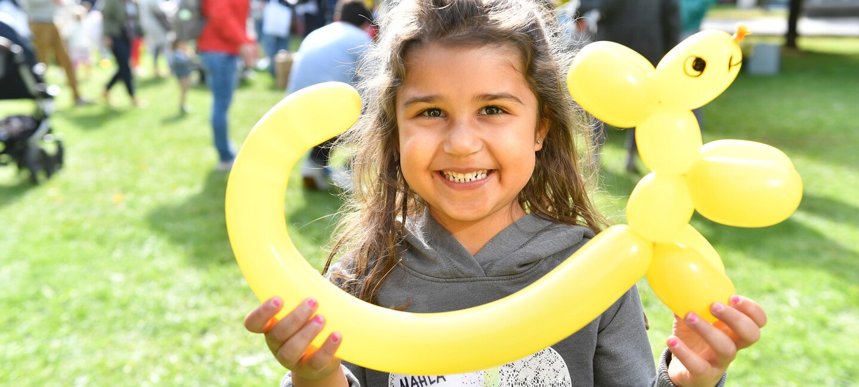 Ein kleines Mädchen beim Kids Day von Amazon in München.