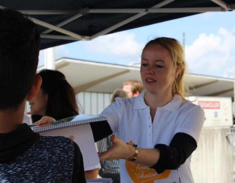 Amazon Volunteers unterstützen bei der Ausgabe der Schulmaterialien.