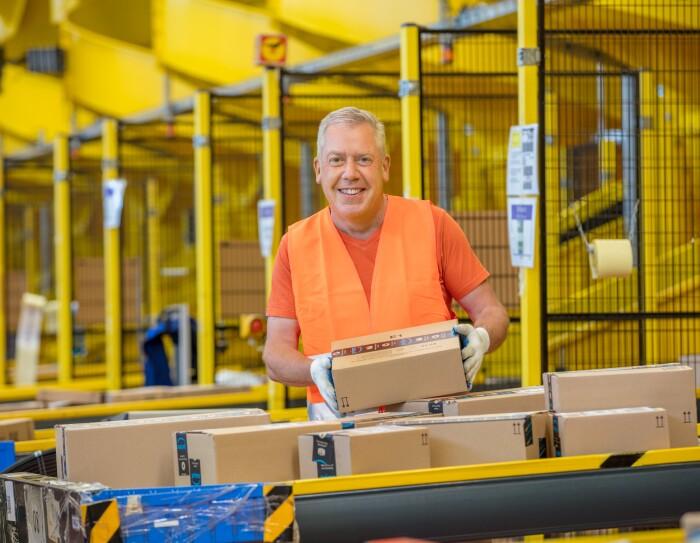 Der Amazon Mitarbeiter in Rheinberg bereitet die Pakete im Warenausgang für den Versand vor.