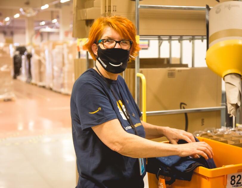 Mitarbeiterin beim Packen