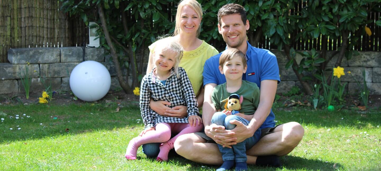 Martina und Matthias mit ihren zwei kleinen Kindern.