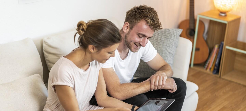 Ein junges Paar shoppt online am Prime Day