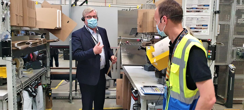 Minister Dr. Bernd Althusmann (links) mit einem Amazon Mitarbeiter.