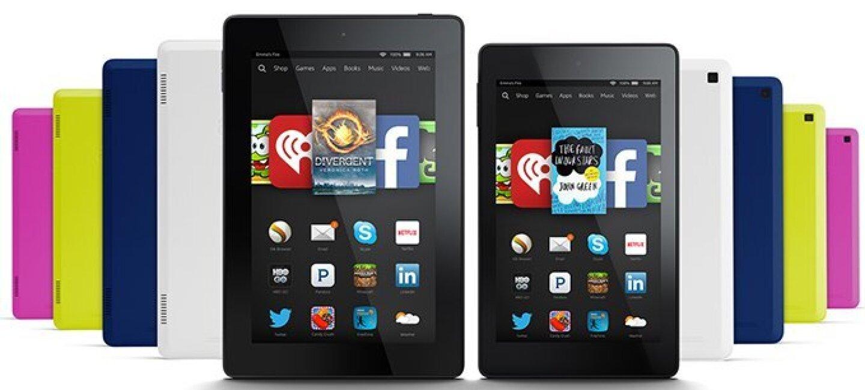 Diez Tablets Fire con fundas de cinco colores diferentes. Solo dos de las diez muestran la pantalla de inicio.