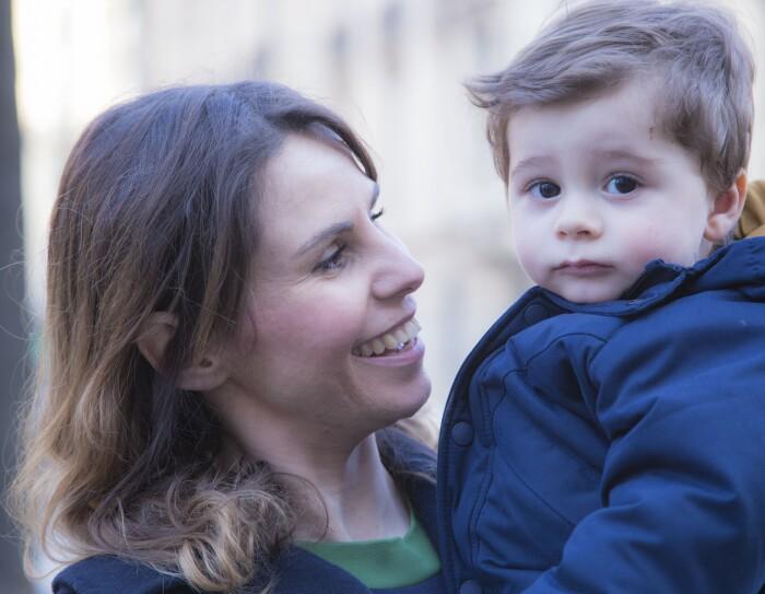 Primo piano di Ilaria di Bartolomeo, Operations Manager del centro di smistamento di Amazon a Casirate, che tiene in braccio suo figlio Matteo.