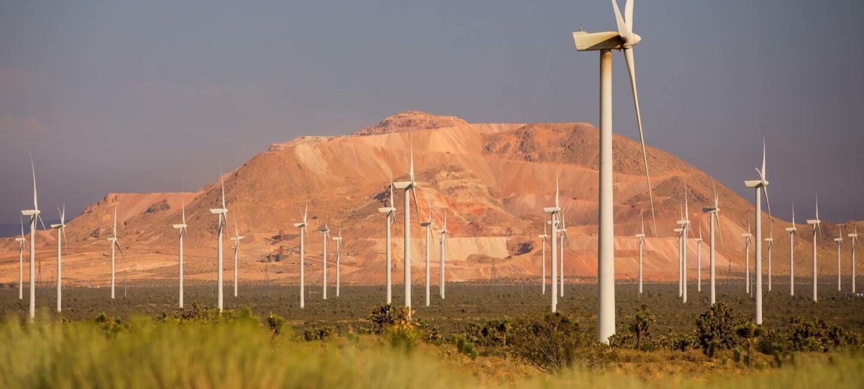 Farma wiatrowa, z górami w tle