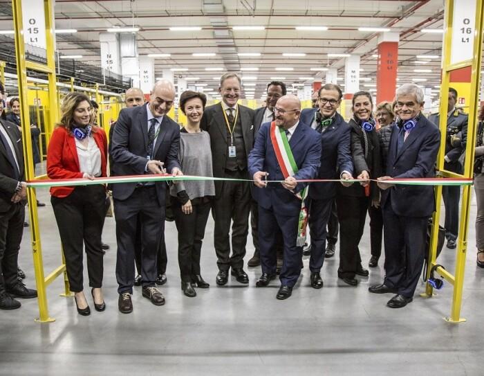 manager Amazon e rappresentanti delle istituzioni tagliano il nastro nel centro di distribuzione di Torrazza Piemonte
