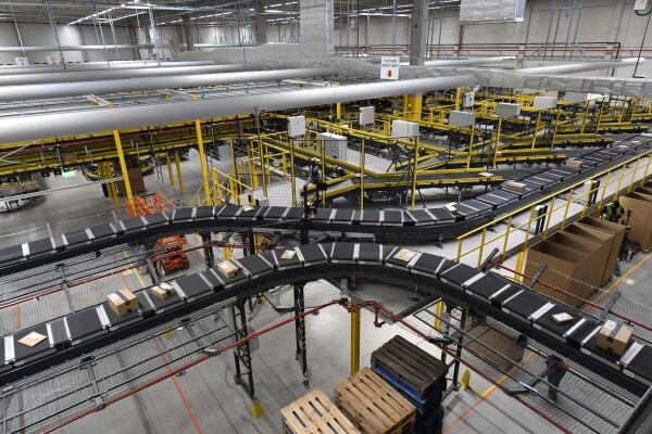 Das Logistikzentrum in Winsen (Luhe) hat die Größe von 9 Fußballfeldern (64.000 m²).