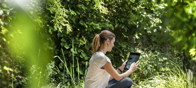 Eine junge Frau liest mit ihrem E-Reader