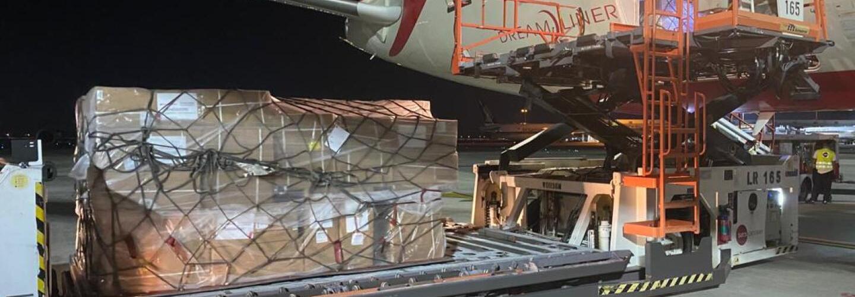 immagine che mostra un carico di pallet di prodotti donati mentre viene caricato su un aereo