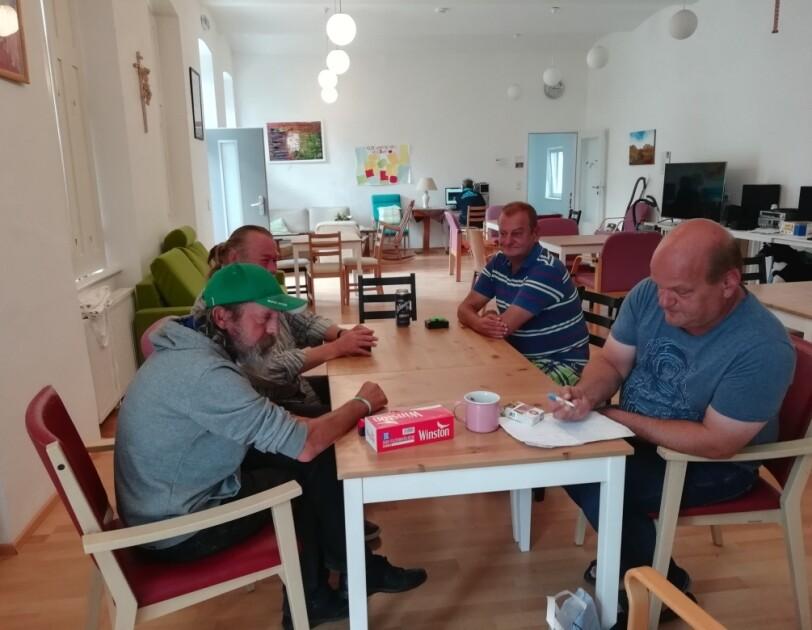 Männer am Tisch
