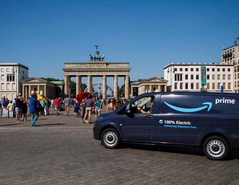 Eine ELektorvan steht vor dem Brandenburger Tor