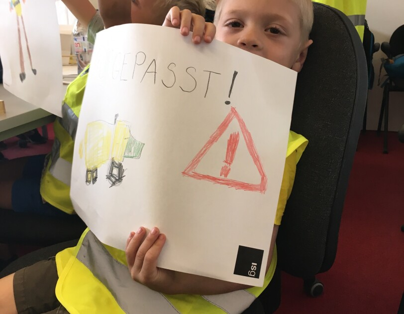 The drawing of a student that says Gepasst! with red exclamation point in a triangle and yellow robot.
