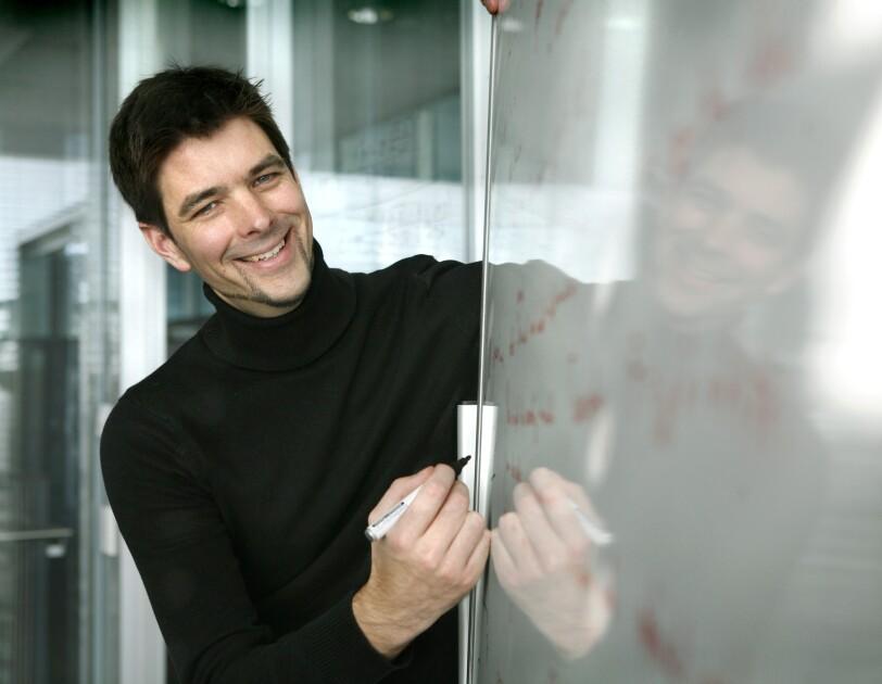 Matthias Bethge an einem Whiteboard