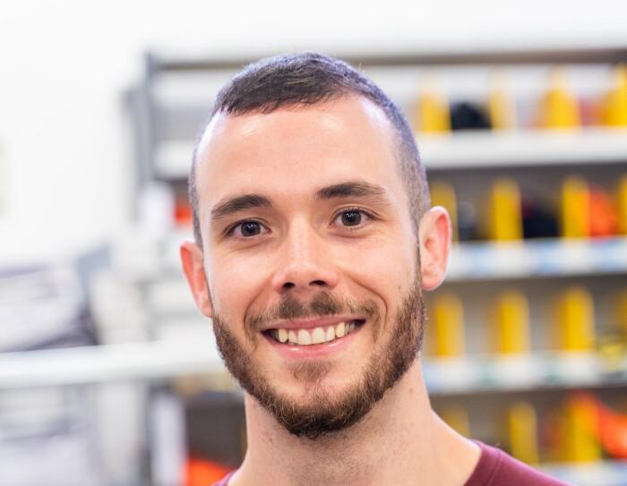 Miguel Ángel Galdeano, asociado en un centro Prime Now. Miguel Ángel mirando a cámara y sonriendo con un jersei de color morado.