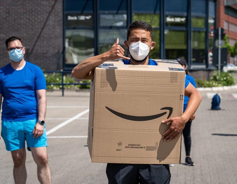 Amazon Mitarbeiter:innen aus den Verteilzentren in Tegel, Tempelhof, Hoppegarten und Potsdam in Corona-konformen Laufgruppen.