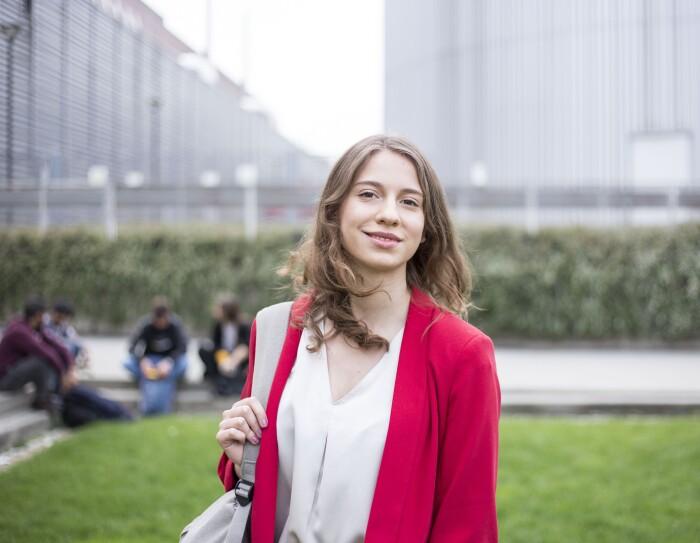 Beatrice Occhiena, sorridente, nel centro di Torino