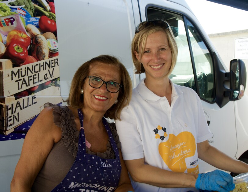 Eine Amazon Mitarbeiter und eine ehrenamtliche Helferin der Münchner Tafel