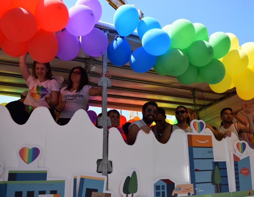 Glamazon-Wagen und Amazon Mitarbeiter auf dem Christopher Street Day in München.