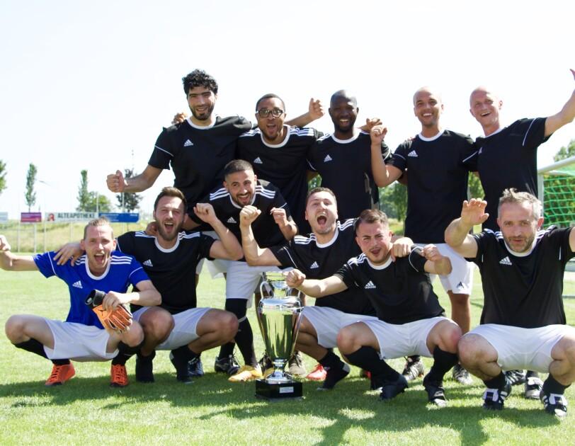 Gruppenbild mit Pokal: Die Spieler jubeln.