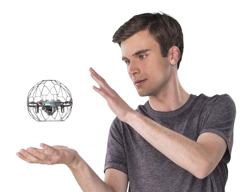Ein Mann spielt mit dem Supernova von AirHogs, erhältlich auf Amazon.de.