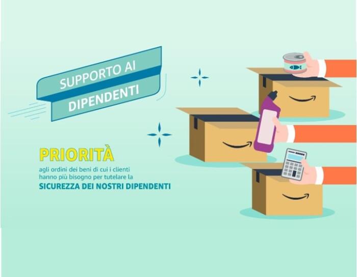 Sulla sinistra illustrazione di 3 scatole Amazon aperte. Tre braccia inseriscono in ogni scatola un prodotto: una calcolatrice, un detergente per la casa, un alimento. Sulla destra una scritta recita 'Priorità agli ordini dei beni di cui i clienti hanno più bisogno per tutelare la salute dei nostri dipendenti'.