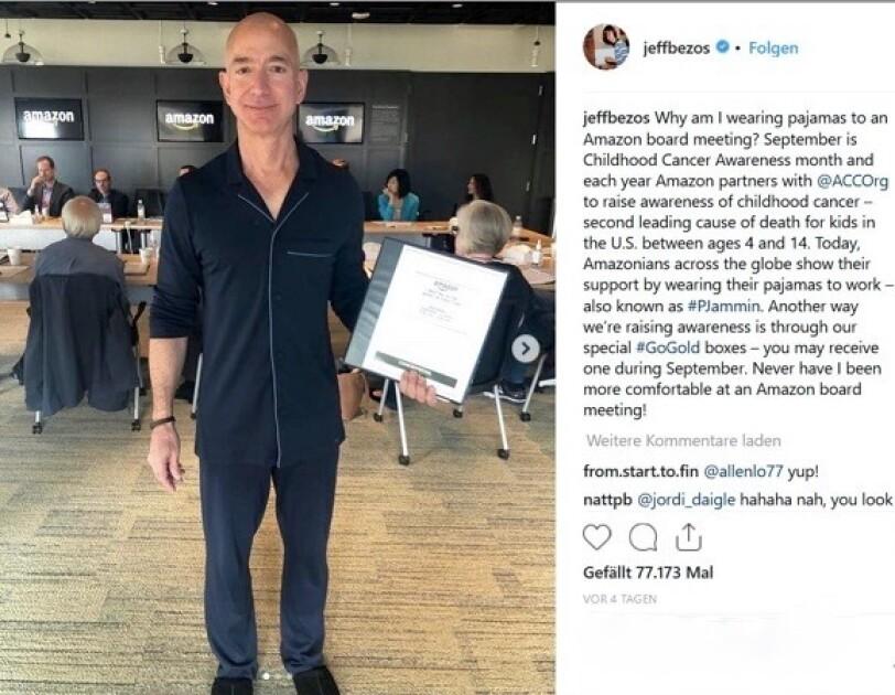 Der Instagram Post zeigt Jeff Bezos im dunkelblauen Pyjama in einem Konferenzraum.