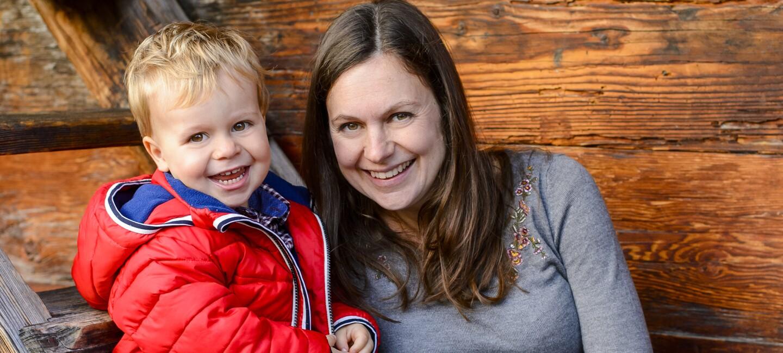 Claudia Schoene, Mitarbeiterin von Amazon gemeinsam mit ihrem Sohn.