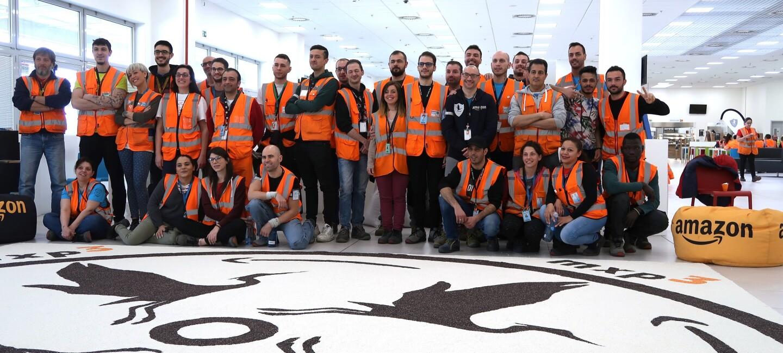 Dipendenti del centro di distribuzione Amazon di Vercelli con il Mandala da loro creato