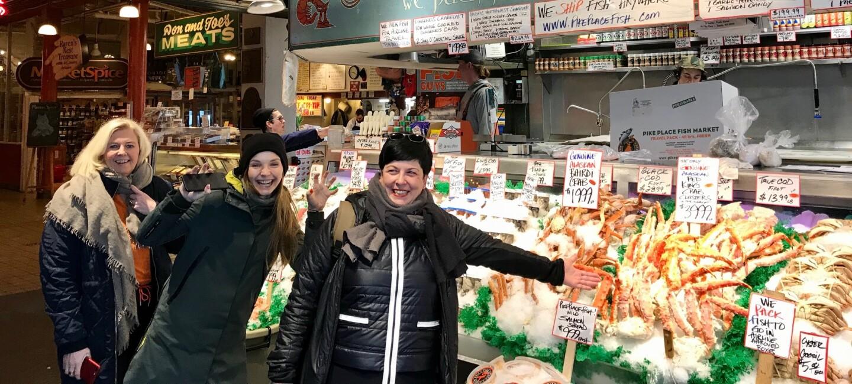 Foto von UdZ-Gewinnerinnen und ihren Coaches auf einem Markt