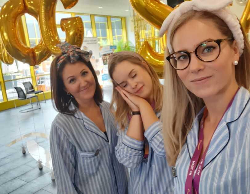 Amazon MitarbeiterInnen kamen im Schlafanzug, um krebskranke Kinder zu unterstützen.jpg
