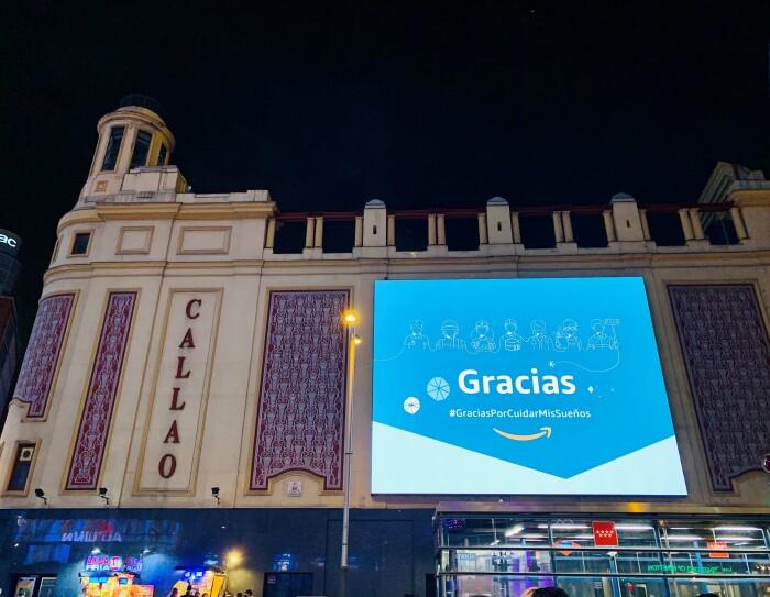 La campaña de Amazon ha durado del 13 al  19 de diciembre. Aparece la fachada del cine Callao, en la Gran Vía de Madrid. Y en la fachada hay una pantalla con la palabra Gracias y después pone GraciasPorCuidarMisSueños. El fondo de la pantalla es azul y blanco. La fachada del cine es de color rojo y beige.