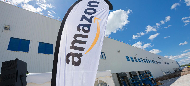 Das neue Verzeilzentrum in Erfurt: Im Vordergrund weht eine Amazon Flagge.