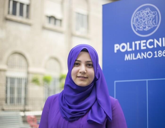 Rania Zaed, una delle vincitrici della borsa Women in Innovation di Amazon, davanti a un'insegna del politecnico di Milano