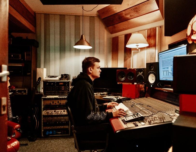 Mitarbeiter im Tonstudio