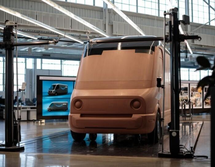 Modello di argilla del nuovo veicolo elettrico per le consegne di Amazon progettato da Rivian