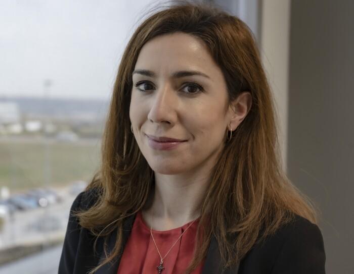 Alejandra Rodríguez del Castillo, Responsable de Relaciones Laborales en Amazon Operaciones España.  Con americana azul y jersey estampado blanco y azul. Lleva el pelo por el hombro, cstaño y unos pendientes de aro.