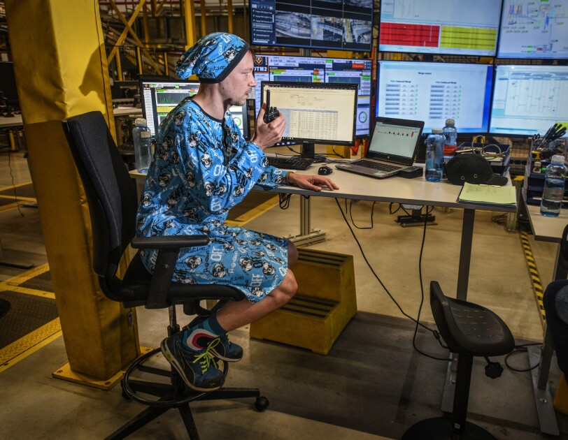Mitarbeiter am Schreibtisch im Schlafdress