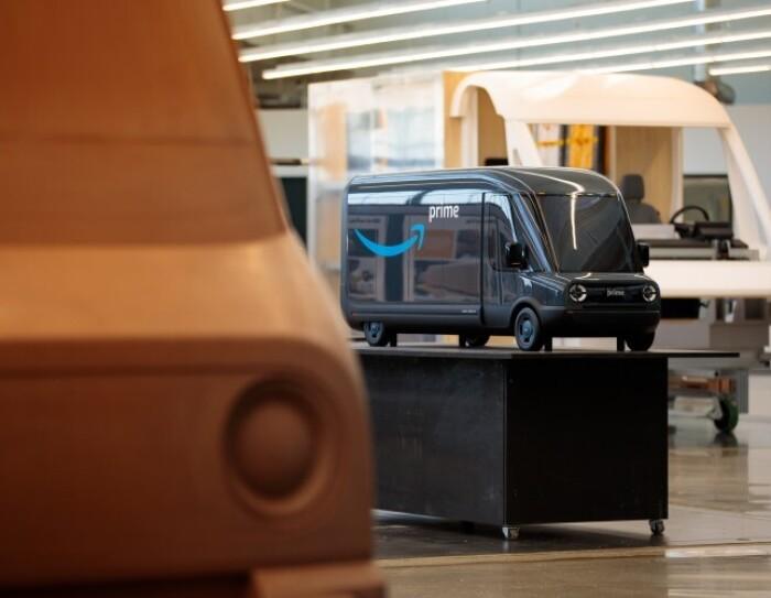 3 modelli in scala dei nuovi veicoli elettrici di Amazon progettati da Rivian, all'interno dello studio di progettazione in cui vengono effettuati i test