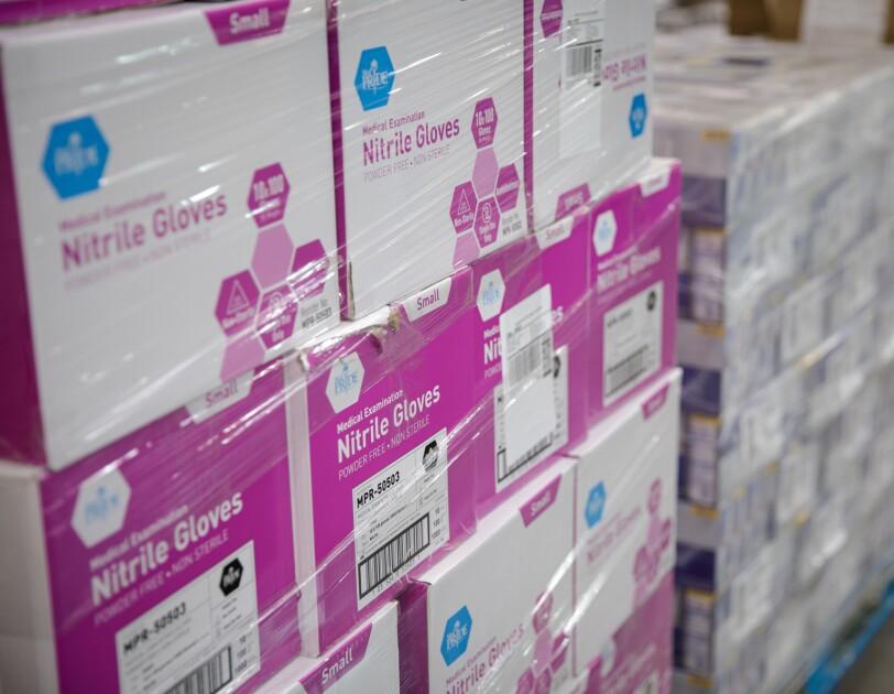 Amazon priorytetyzuje magazynowanie i dostarczanie podstawowych towarów takich jak artykuły gospodarstwa domowego, środki sanitarne, artykuły medyczne, produkty dla niemowląt czy pracy zdalnej.