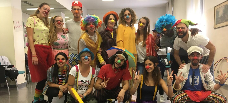 Dipendenti di Amazon vestiti da clown durante il corso di clown terapia presso una casa di riposo