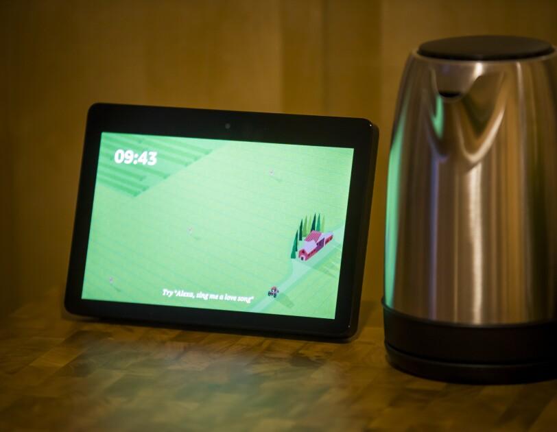 Tablet oraz czajnik elektryczny