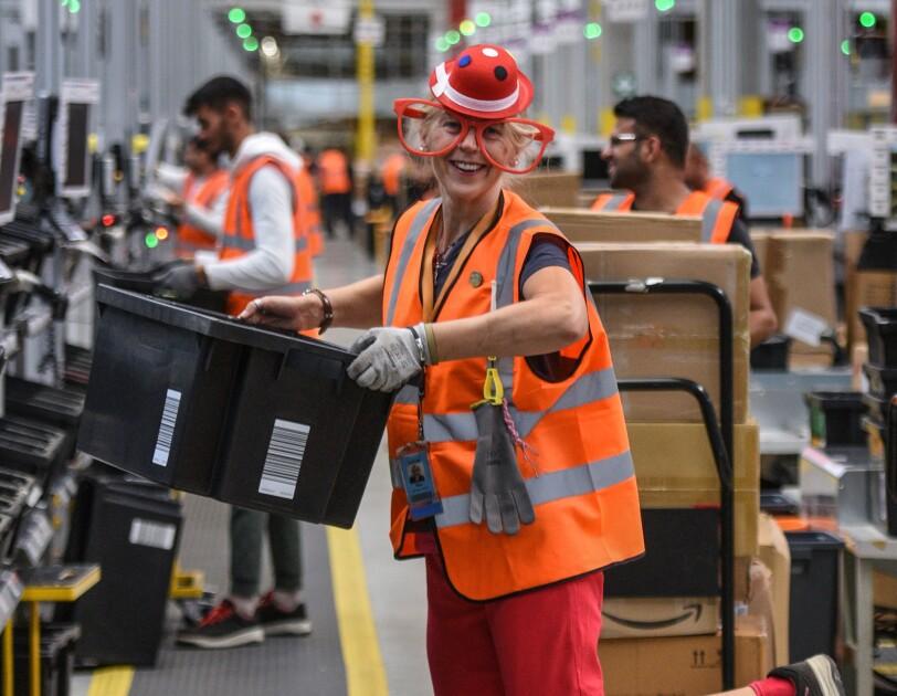 Mitarbeiter im Clownkostüm am Fließband