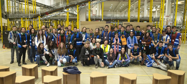I partecipanti al concorso in posa all'interno del centro di distribuzione di Castel San Giovanni