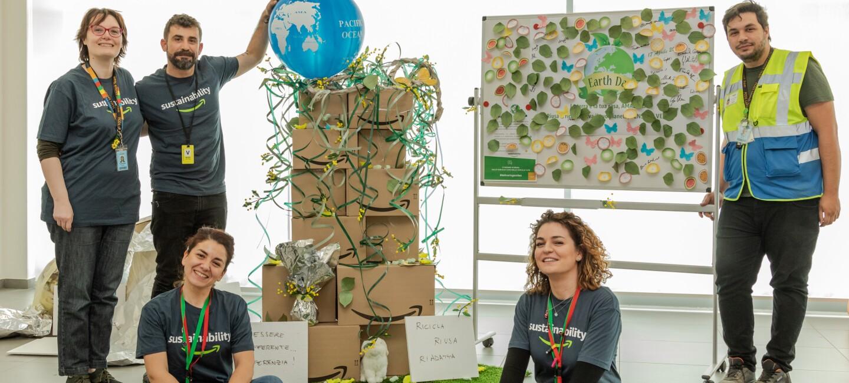 Dipendenti del centro di distribuzione di Passo Corese posano con l'albero realizzato in occasione dell'Earth Day