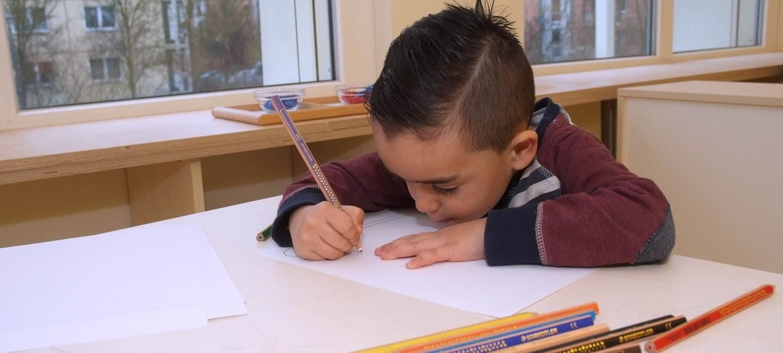 ein malender kleiner Junge
