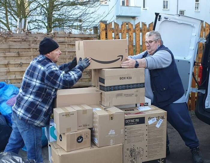 Amazon spendet an die Nauener Tafel. Das Team der Tafel nimmt Pakete aus Amazons Wagen.