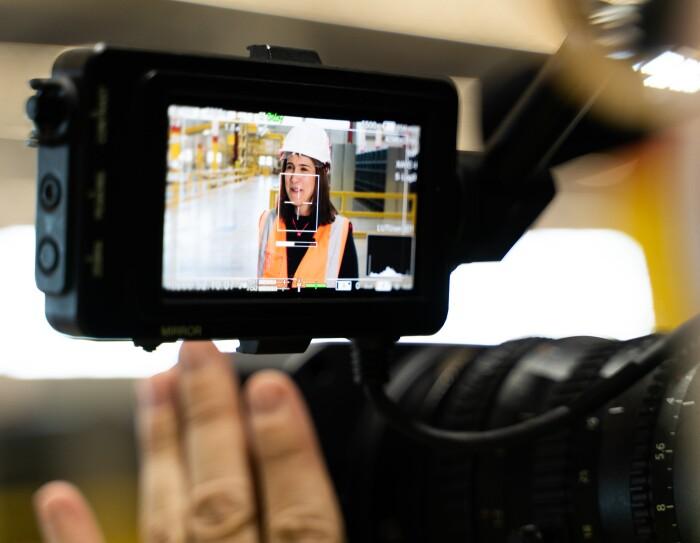 Primer plano de la pantalla de la cámara donde aparece Isabel Bermúdez, Responsable Senior de Proyectos de Ingeniería para Amazon España, en un momento de la grabación.